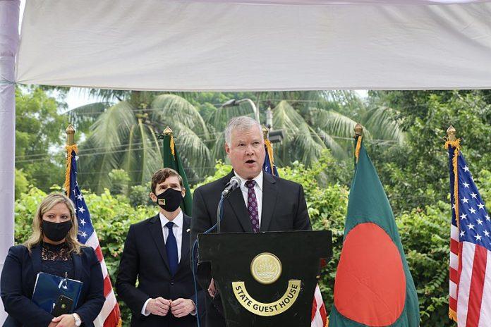 Deputy Secretary Biegun and Bangladeshi Foreign Secretary Momen Address Reporters in Dhaka